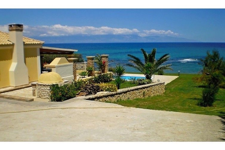 Seafront Villa with three bedrooms for rent in Corfu