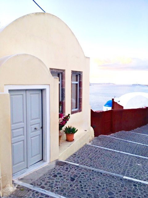 Excellent Building in the heart of Oia that can be used for Commercial Business or Shop
