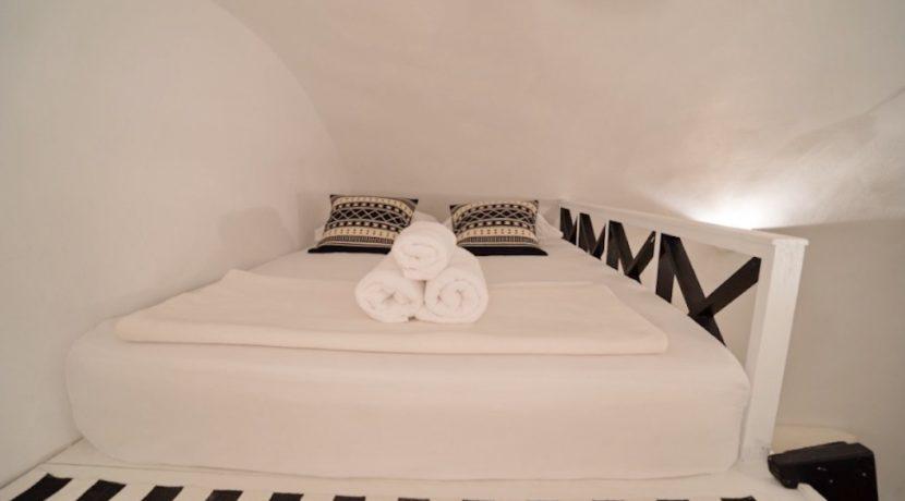 Cave house at Caldera. Oia Santorini 15