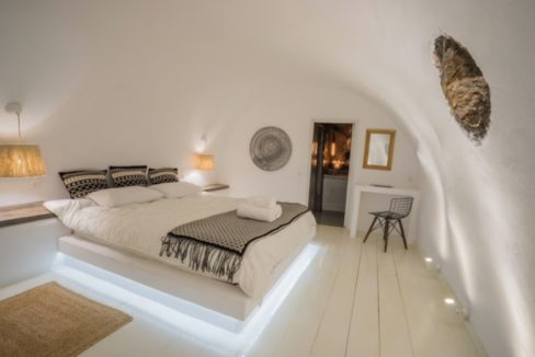 Cave house at Caldera. Oia Santorini 6