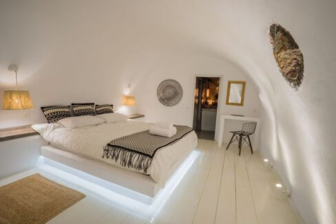 Cave house at Caldera. Oia Santorini 10