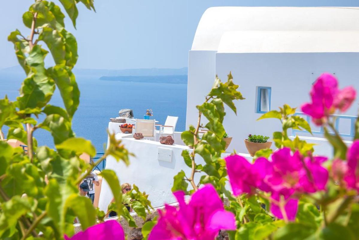 2 Cave Houses in Oia with amazing view – Income guarantee for the next 9 years.